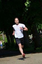 człowiek na treningu biegowym