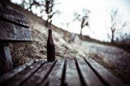 butelka na ławce w mrocznej scenerii